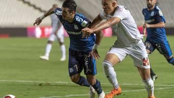 Apollons João Pedro (links) setzt sich gegen Noah Okafor durch