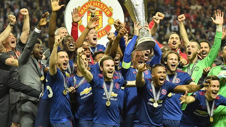 Die Spieler von Manchester United mit der Trophäe der Europa League
