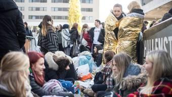 Gestern Abend trat Justin Bieber in Zürich auf. Seine eingefleischtesten Fans schlugen ihre Zelte bereits am Mittwochabend vor dem Hallenstadion auf. Ennio Leanza/key