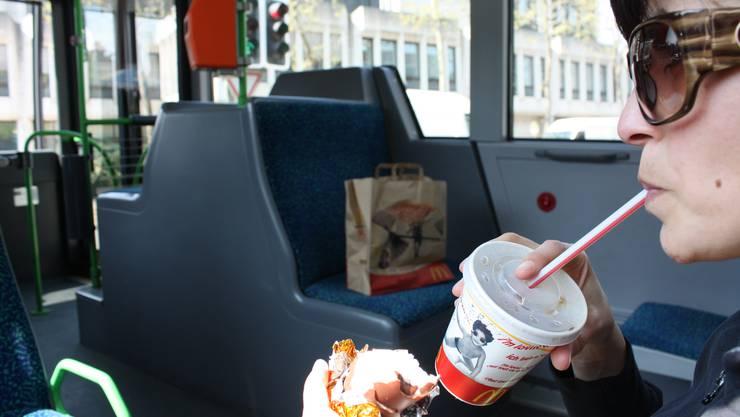 Keine Bussen, aber Bezahlen für Verschmutzungen: Essen und Trinken in Basler Trams.