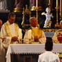Kardinal S.E. Francesco Monterisi (r.) präsidiert den Gottesdienst zu Ehren des Jubiläums der Missione Cattolica Italiana. (Archivbild)
