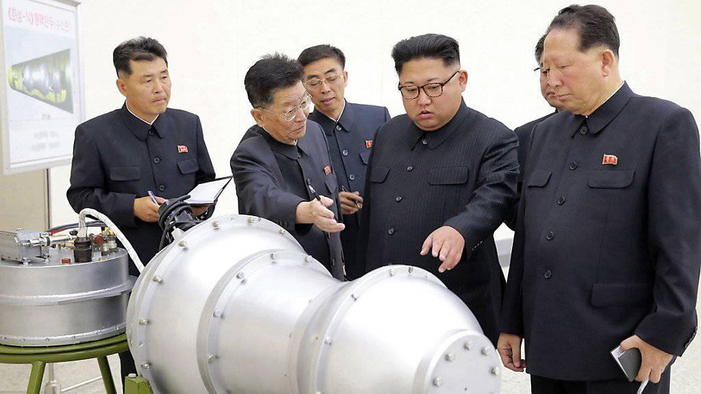 Nordkoreas Machthaber Kim Jong Un bei der Besichtigung einer mutmasslichen Wasserstoffbombe. (Archivbild)