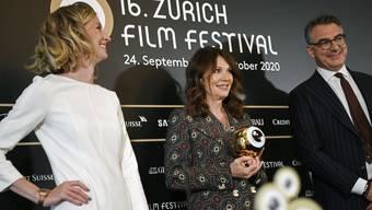 Waren am Anlass zum Auftakt des Zurich Film Festival die Einzigen, die für ihre Ansprachen die Maske abstreiften: Die deutsche Schauspielerin Iris Berben (Mitte) nimmt, flankiert vom ZFF-Führungsduo Elke Mayer und Christian Jungen, ein «Goldenes Auge» entgegen.