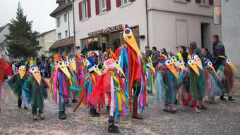 Eine Schar bunt gekleideter Fasnächtler aus der Schuleinheit Steinmürli marschierte am letztjährigen Kinderumzug durch die Stadt. (Archiv)