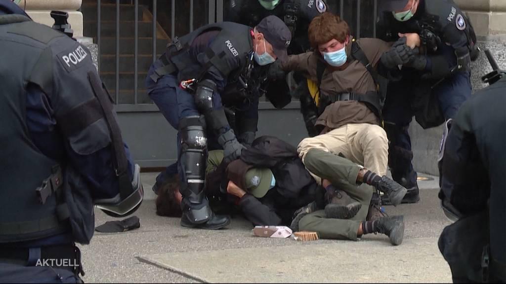 Banken-Eingang versperrt: Polizei verhaftet in Zürich 83 Klima-Aktivisten