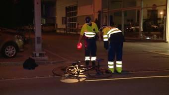 Ein Mann fährt eine Velofahrerin an und lässt sie verletzt liegen.