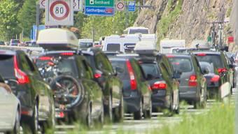 28 Kilometer lang ist die Blechlawine derzeit vor dem Nordportal - so lange wie noch nie. Damit ist der Rekord von 1999 gebrochen.