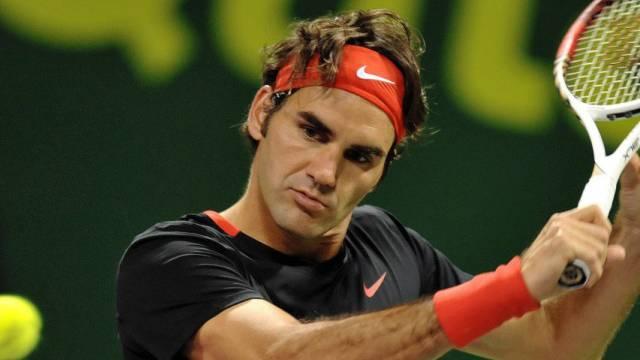 Roger Federer mit etwas schiefem Blick auf den Ball.