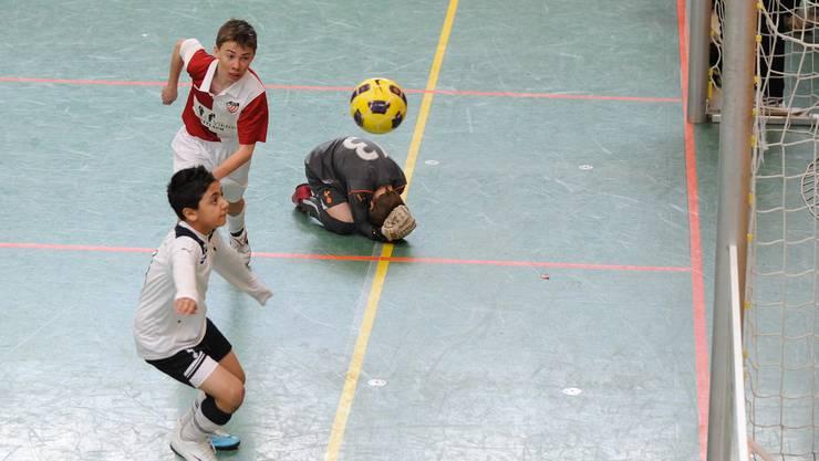Kopf einziehen! Tottenhams Torhüter Freddie Barbridge weiss sich gegen den Angriff von Solothurns Robin Huser nicht anders zu helfen.