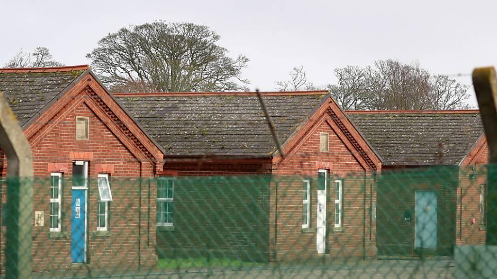 ARCHIV - In den Napier-Baracken in der Grafschaft Kent sind übergangsweise Flüchtlinge untergebracht worden. Nun hat die britische Regierung vor Gericht gegen sechs Geflüchtete verloren - die Baracken in entsprächen nicht den Minimalstandards. Foto: Gareth Fuller/PA Wire/dpa