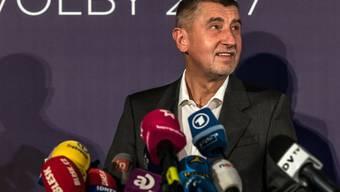 Andrej Babis spricht nach seinem Wahlsieg am Samstag zu den Medien in Prag.