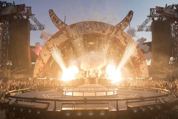 Die Rockband AC/DC zeigt eine grossartige Bühnenshow.