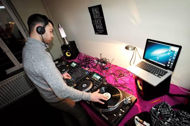 Der 22-jährige DJ Xosé bedient die Plattenteller. Da das Gebäude früher eine Jazzschule war, sind die Räume schalldicht.