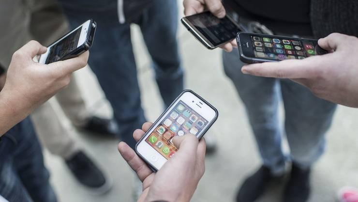 Weg damit: In den Baselbieter Schulen ist man zunehmend gewillt, strengere Regeln im Umgang mit den Handys einzuführen.