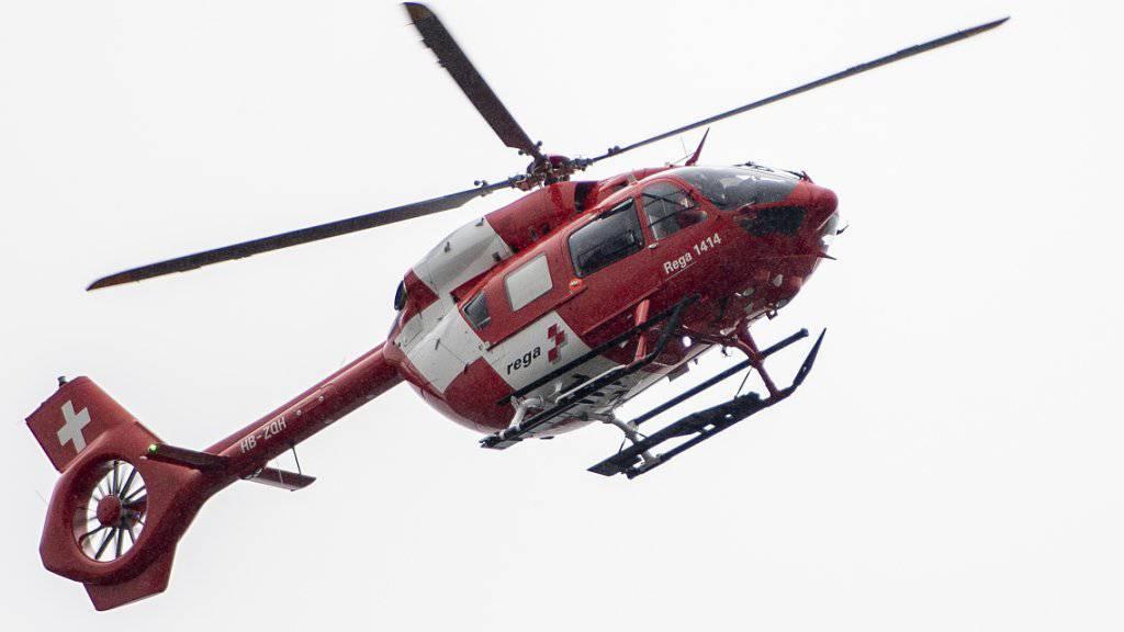 Die Rega flog am Freitagabend eine 17-jährige Frau ins Spital, die in Sulgen TG von ihrem Pferd gefallen war. (Symbolbild)