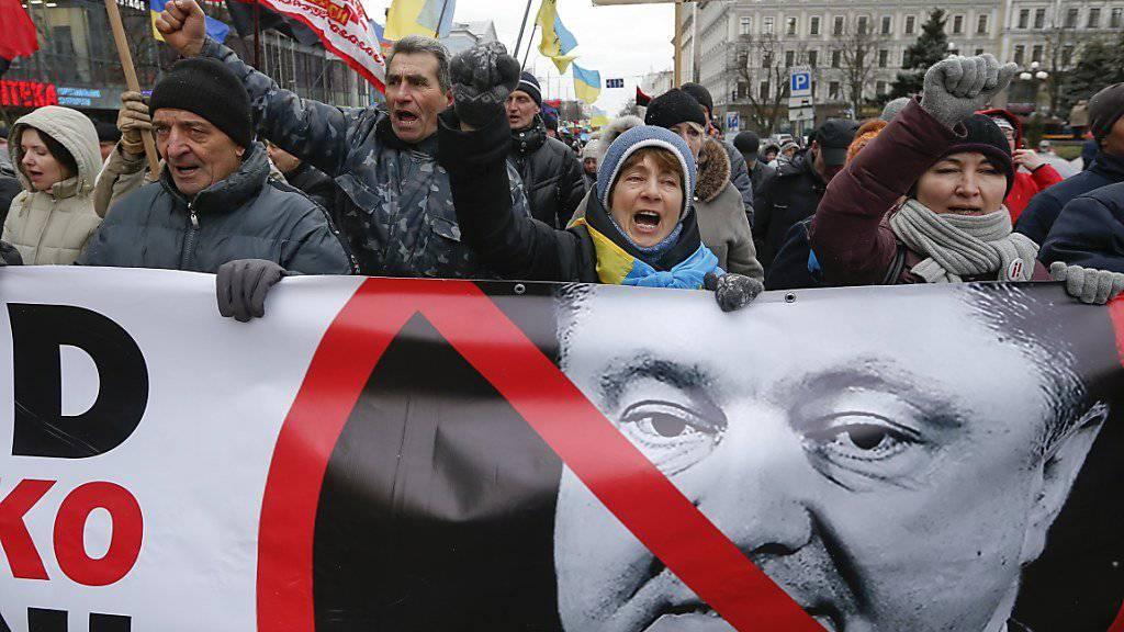 Tausende sind am Sonntag in Kiew auf die Strasse gegangen, um gegen den ukrainischen Präsidenten Petro Poroschenko zu demonstrieren.