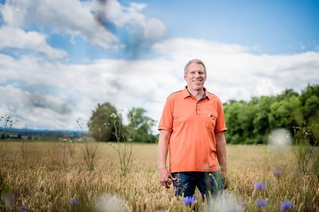 Daniel Stüdi-Lanz aus Deitingen posiert auf seinem Feld und ist einer von 250 Bauern, die insgesamt rund 3000 Tonnen Korn pestizidfrei anbauen und an Fredy's liefern.
