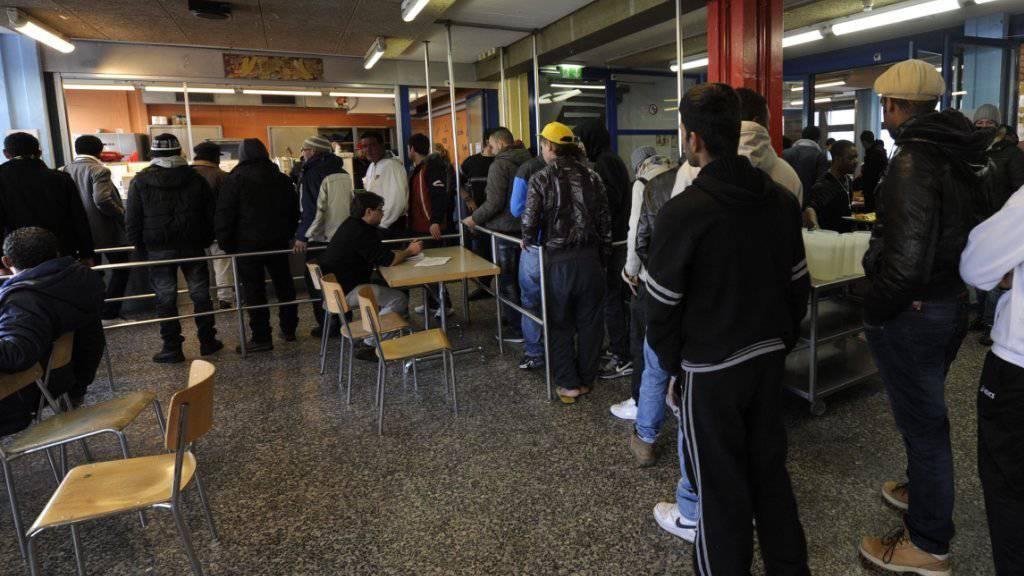 Der Nachrichtendienst des Bundes hat letztes Jahr fast 5000 Gesuche von Asylbewerbern aus Risikostaaten genau angeschaut - im Bild Asylsuchende im Asylempfangs- und Verfahrenszentrum in Chiasso (Archiv).