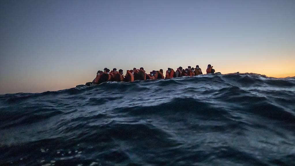 Migranten aus verschiedenen afrikanischen Nationen auf einem Boot auf vor der libyschen Küste im Mittelmeer auf ihrem Weg nach Europa. (Archiv)