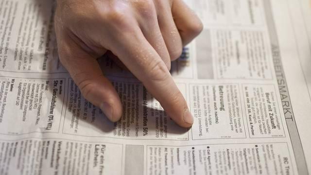 Ein Arbeitsloser liest die Stelleninserate (Symbolbild)