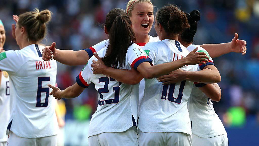 Zweiter Sieg im zweiten Spiel für den Titelverteidiger: Die Amerikanerinnen freuen sich an der Frauen-WM über den vorzeitigen Einzug in die Achtelfinals