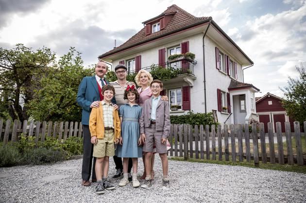 Familie Moll mit Regisseur Manuel Flurin Hendry (hinten Mitte): Hinten: Stefan Kurt (Papa Moll), und Isabella Schmid (Mama Moll), vorne Maxwell Mare (Fritz), Luna Paiano (Evi) und Yven Hess (Willy).
