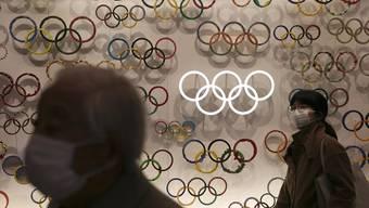 Im Februar wurde das Olympische Museum in Tokio eröffnet. Auch dort tragen die Besucher derzeit Schutzmasken gegen das Corona-Virus.