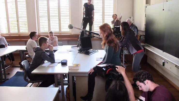 Das Filmset im Schulzimmer: Dreharbeiten von «Der lautlose Schrei». Peter Mesmer
