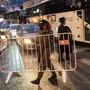 dpatopbilder - Ein israelischer Grenzpolizist errichtet in der ultra-orthodoxen jüdischen Stadt Bnei Brak vor einer nächtlichen Ausgangssperre auf einer Hauptstraße eine Absperrung. Foto: Oded Balilty/AP/dpa