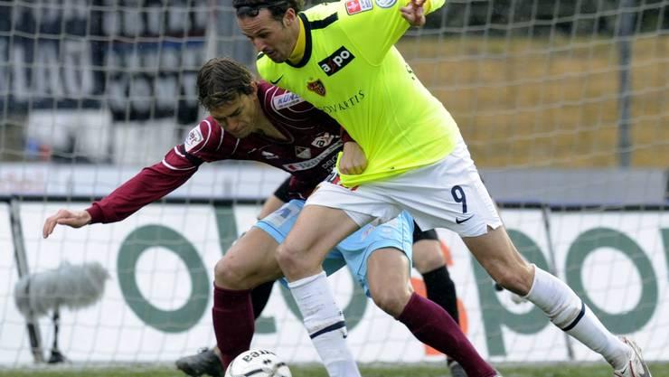 Marco Streller (rechts) konnte sich trotz der ungewohnten Aufstellungen im Basler Team gegen Bellinzonas Pavel Pergl durchsetzen. Keystone
