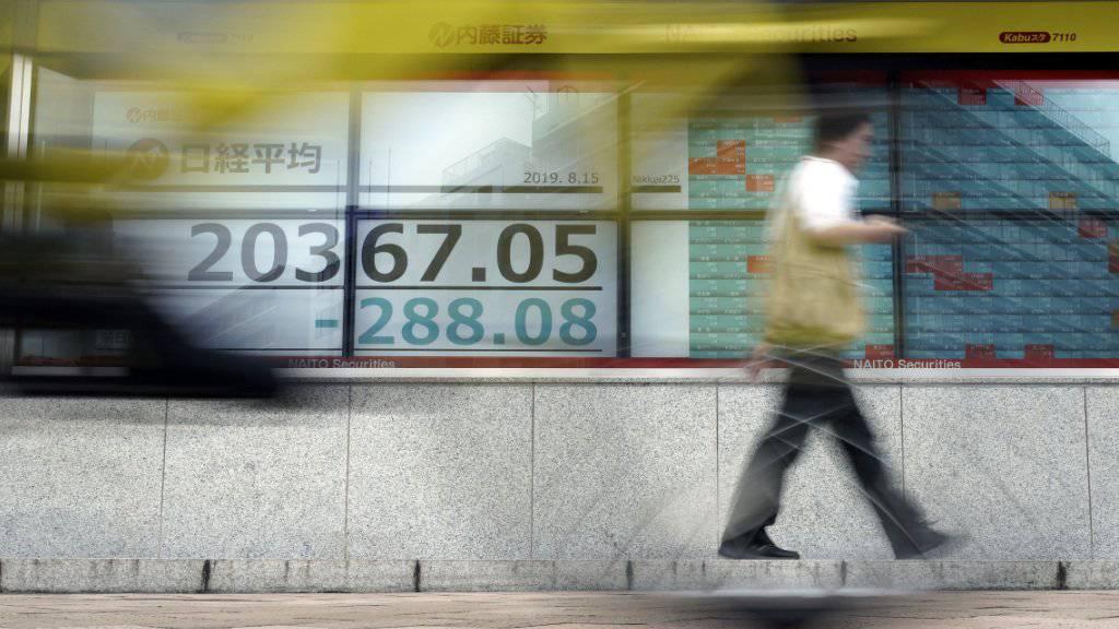 Nicht nur in der Schweiz sind die Börsenkurse gesunken, auch in Asien. Im Bild: Kursanzeige bei einer Bank in Tokio.
