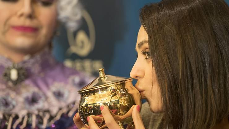 """Mila Kunis küsst den goldenen Puddingtopf: Der """"Hasty Pudding""""-Preis wird jährlich von der Theatergruppe der renommierten Harvard-Universität für Personen aus der Unterhaltung verliehen."""
