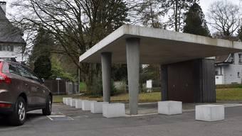 Seit Kurzem verhindern diese Betonklötze, dass die Lehrer auch unter dem für die Kinder gebauten Unterstand parkieren.
