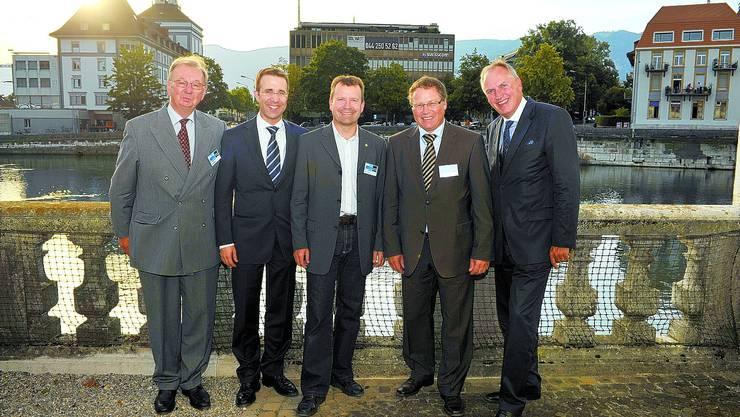 Feierstunde: Emil Pechotsch (Verwaltungsratspräsident Emch+Berger AG Solothurn), Dominik Cantaluppi (Geschäftsleitungsmitglied E+B), Thomas Schluep (Geschäftsleitungsmitglied E+B), Urs Allemann (CEO E+B) und Gastreferent Thomas Borer feierten (v. l.) im Alten Spital. (zvg)