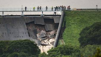 Mit Sandsäcken gegen die drohende Flut: Einsatzkräfte bei der Arbeit am bereits beschädigten Damm in Whaley Bridge, Grafschaft Cheshire.