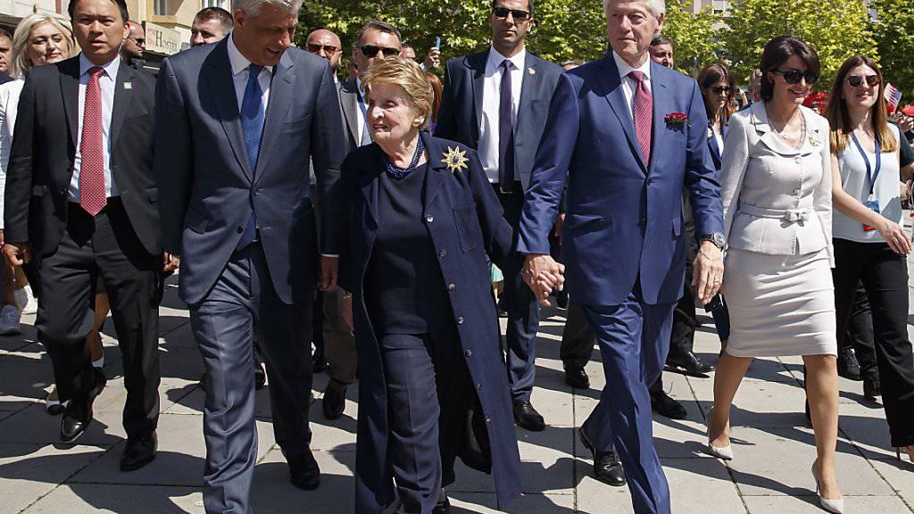 Clinton als Ehrengast im Kosovo