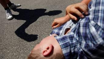 Der Täter traen dem Opfer wiederholt gegen den Kopf, als es schon wehrlos am Boden lag. (Symbolbild)