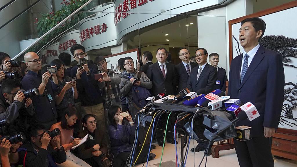Chinas neuer Vertreter in Hongkong nimmt die Demonstranten ins Gebet. Luo Huining versucht, die Wogen in der Sonderverwaltungszone zu glätten.