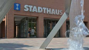 Einzig der moderne Plätscherbrunnen vor dem Stadthaus und der grosse viereckige Brunnen der St.-Agatha-Kirche werden nicht abgestellt, da diese kein Frischwasser benötigen. (Archivbild)