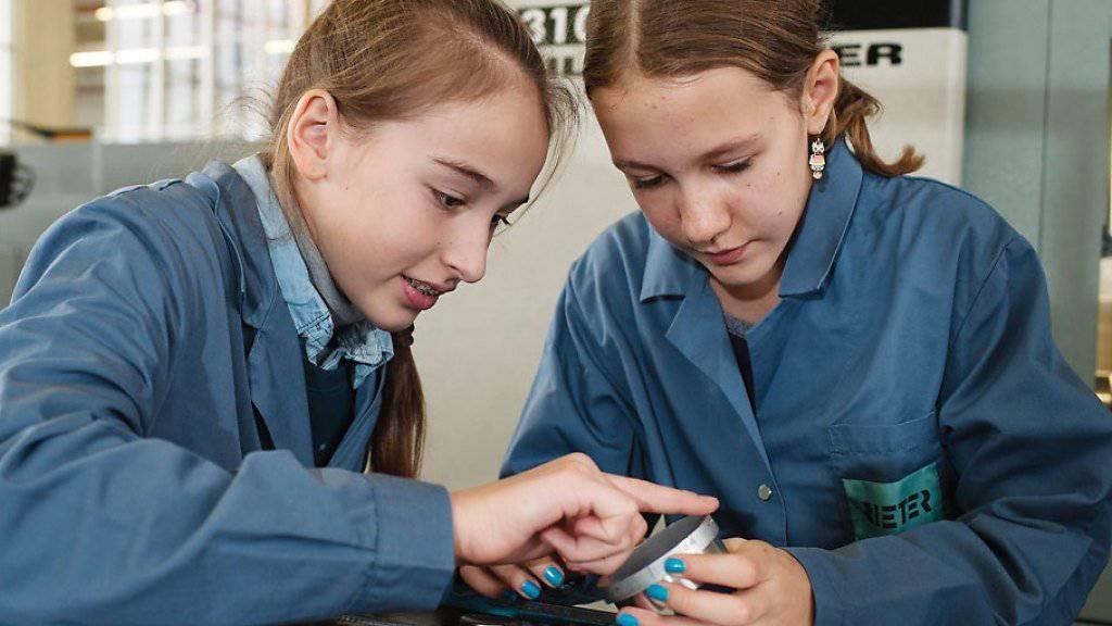 Zwei Mädchen interessieren sich für eine Karriere in der Technik (Archivbild)