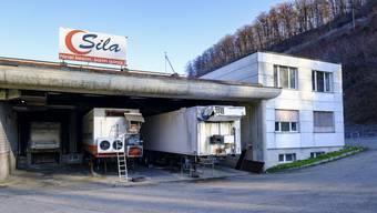 Die Sila AG in Buckten: Unbekannte platzierten Pet-Flaschen, die wohl mit Brandbeschleuniger gefüllt waren, jedoch nicht entzündet wurden.