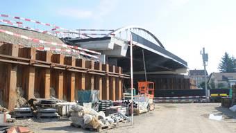 Die neue Brücke wurde zunächst neben der alten platziert, damit der Strassenverkehr während der Bauzeit weiterhin über die Eisenbahnlinie fliessen konnte. An diesem Samstag nun wird das 17,5-Millionen-Franken-Bauwerk an seinen endgültigen Platz verschoben.