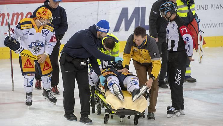 Carl Klingberg wird nach seiner Verletzung auf der Bahre abtransportiert