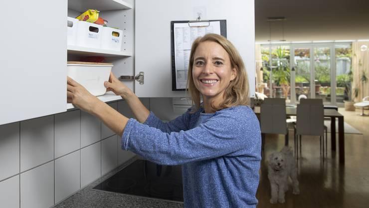 Vor einem Jahr hat sie ihre Lieblingsbeschäftigung zum Beruf gemacht. Martina Domeniconi ist Ordnungscoach. In ihrer Wohnung in Zürich Oerlikon zeigt sie, worauf es beim Aufräumen ankommt.