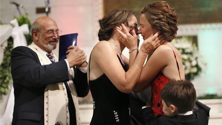 Ein Bild aus einer anderen Welt: Margaret Miles und Cathy ten Broeke bei ihrer Hochzeit 2013 in Minneapolis. Die katholische Kirche tut sich mit gleichgeschlechtlichen Paaren nach wie vor schwer. Kurt Adler hofft, dass sich das ändert – «morgen und nicht erst in 20 Jahren».