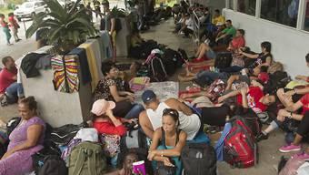 Kubanische Migranten an der Grenze zwischen Costa Rica und Nicaragua: Nach offiziellen Angaben sollen mehrere tausend gestrandete Migranten an die Grenze zwischen Mexiko und den USA gebracht werden. (Archivbild)