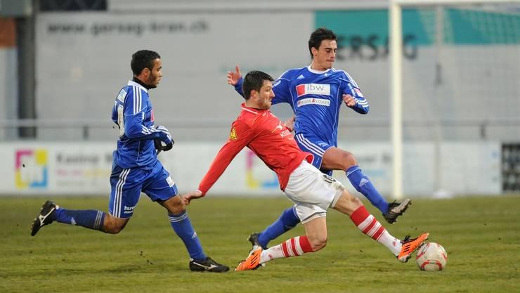 Winterthurs Sven Lüscher (Mitte) kommt vor Wohlens Alex De Lima (links) und Jose Luis Mamone (rechts) an den Ball.
