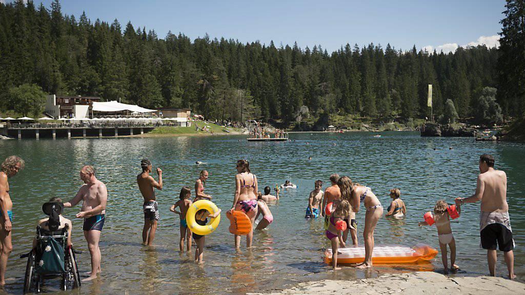 Touristen geniessen im August die Sonne am Caumasee in Flims (Archiv).