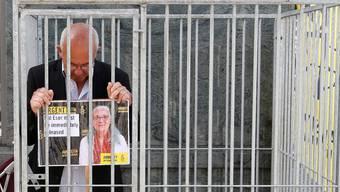 Der belgische Amnesty-International-Direktor Philippe Hensmans protestiert vor der türkischen Botschaft in Brüssel gegen die Verhaftung der Türkei-Direktorin von Amnesty, Idil Eser.