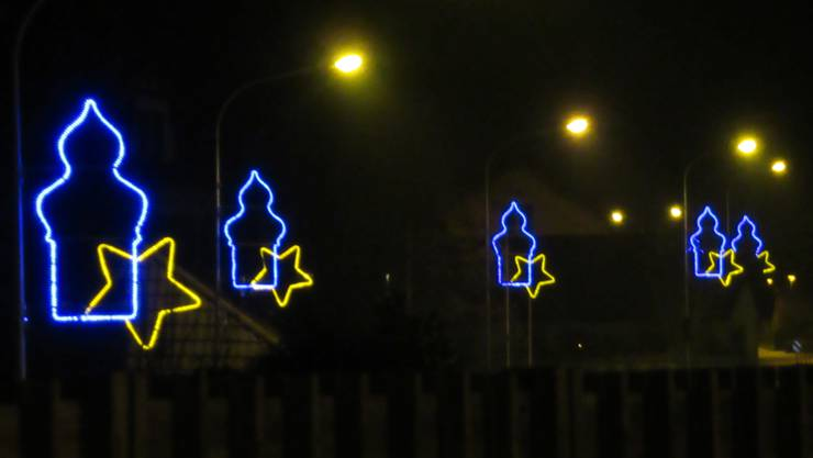 Auch dieses Jahr hängt die umstrittene blau-gelbe Beleuchtung wieder.